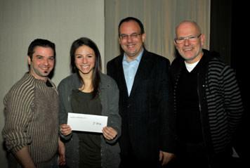 De gauche à droite : Benoit Grisé, représentant de la microbrasserie Le Bilboquet; Léonie St-Onge, récipiendaire du 2e prix; Roger Sylvestre, directeur général du Cégep de Saint-Hyacinthe; et Richard Blackburn, représentant du jury.