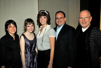 De gauche à droite : Anne Lemieux, pour la Coopérative étudiante des maisons d'enseignement de Saint Hyacinthe; Sarah Anne Parent et Marjolaine Morasse, récipiendaires du 3e prix; Roger Sylvestre, directeur général du Cégep de Saint-Hyacinthe; et Richard Blackburn, représentant du jury.